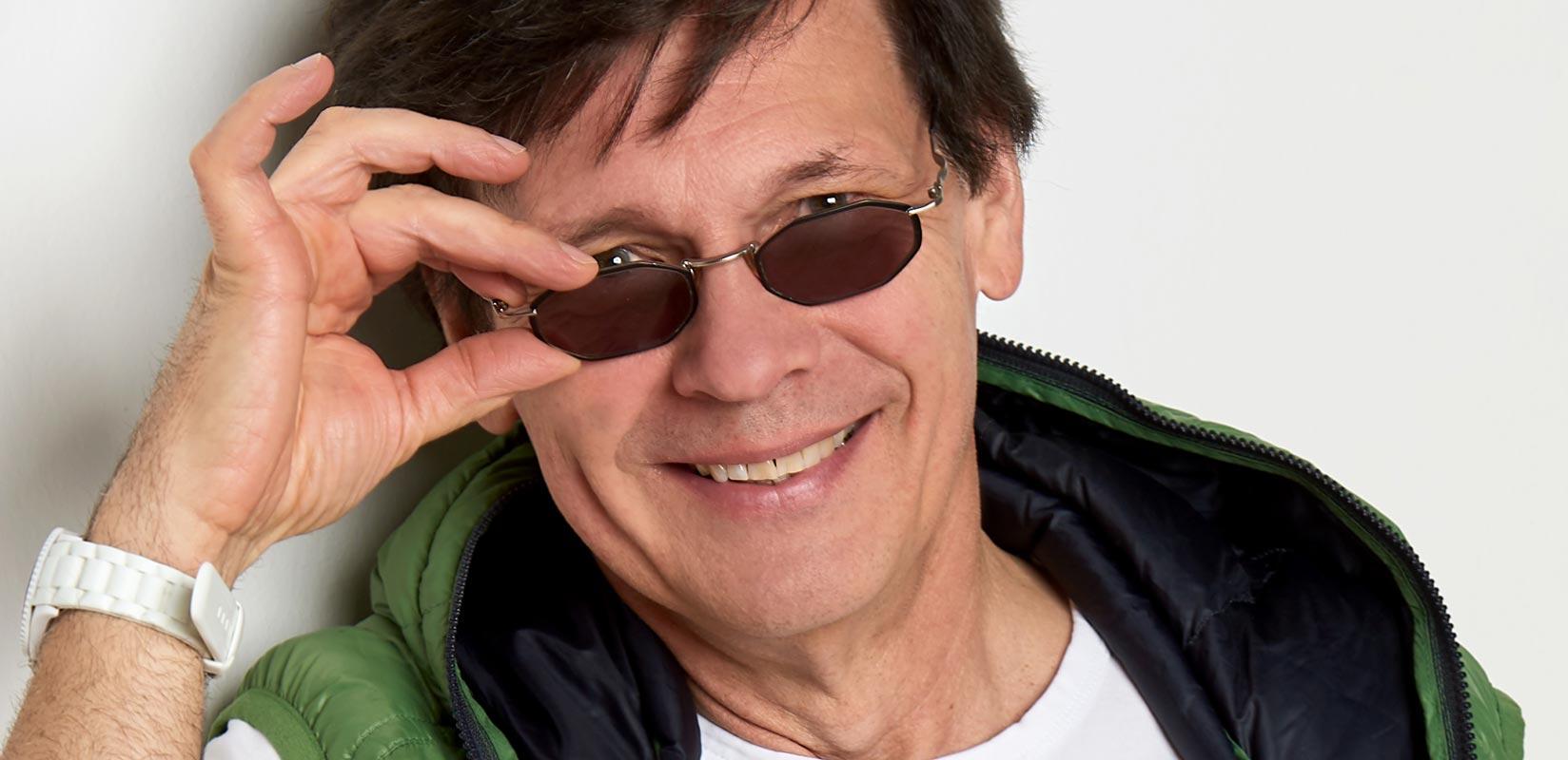 Herren-Portraitfoto - Mann mit Sonnenbrille, Slide