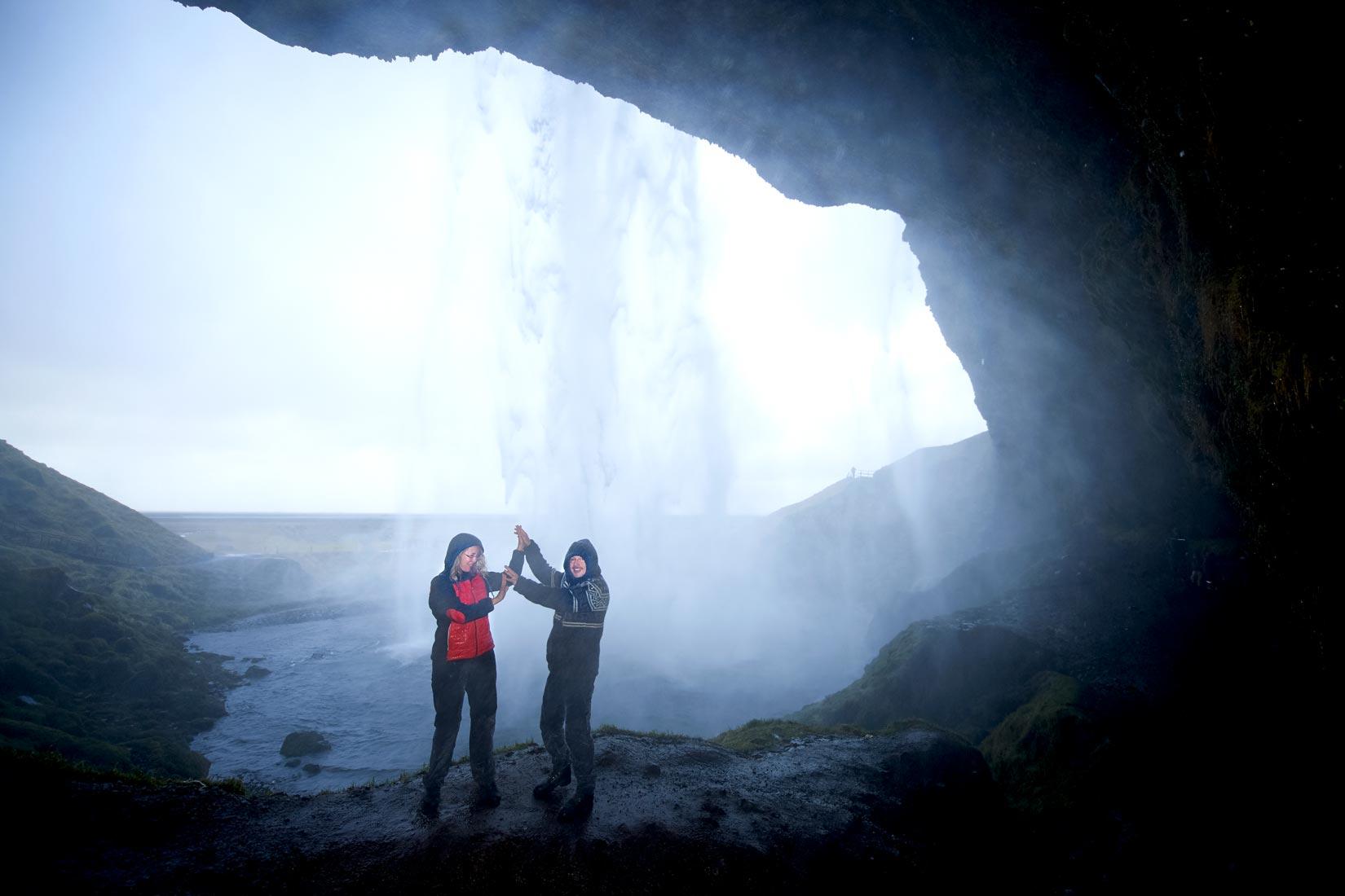 Hochzeitsfotografie in Grotte auf Island