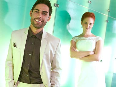Hochzeitsfoto vor Glasfront in Koblenz
