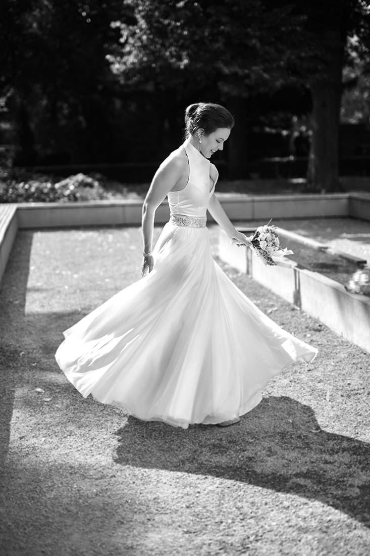 Braut im Park, schwarz-weiß – Hochzeitsfoto Koblenz