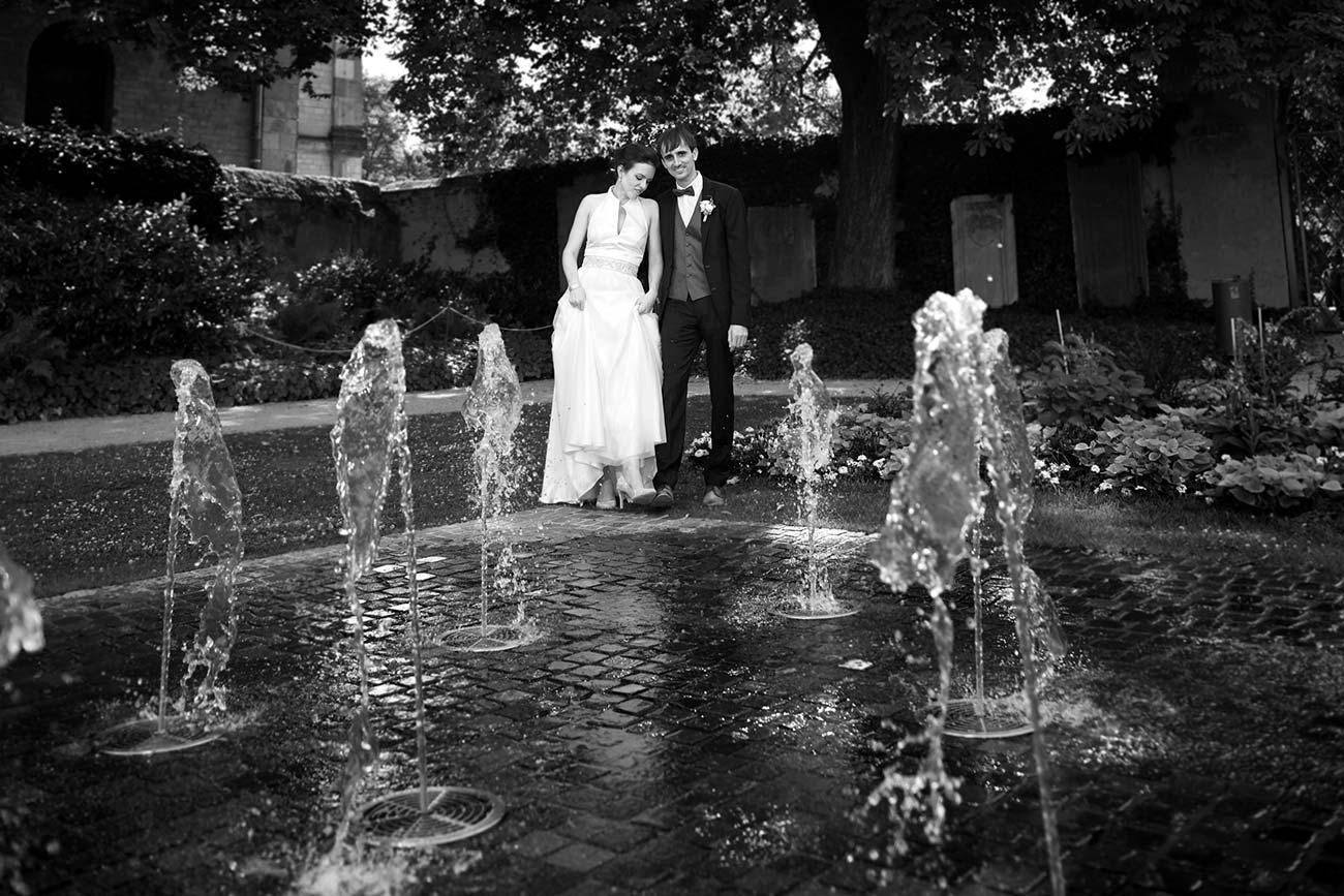 Brautpaar im Park, schwarz-weiß – Hochzeitsfotos Koblenz