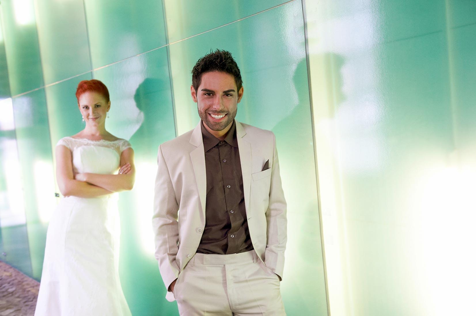 Brautpaar vor Glasfront bei Hochzeitsfotos Koblenz