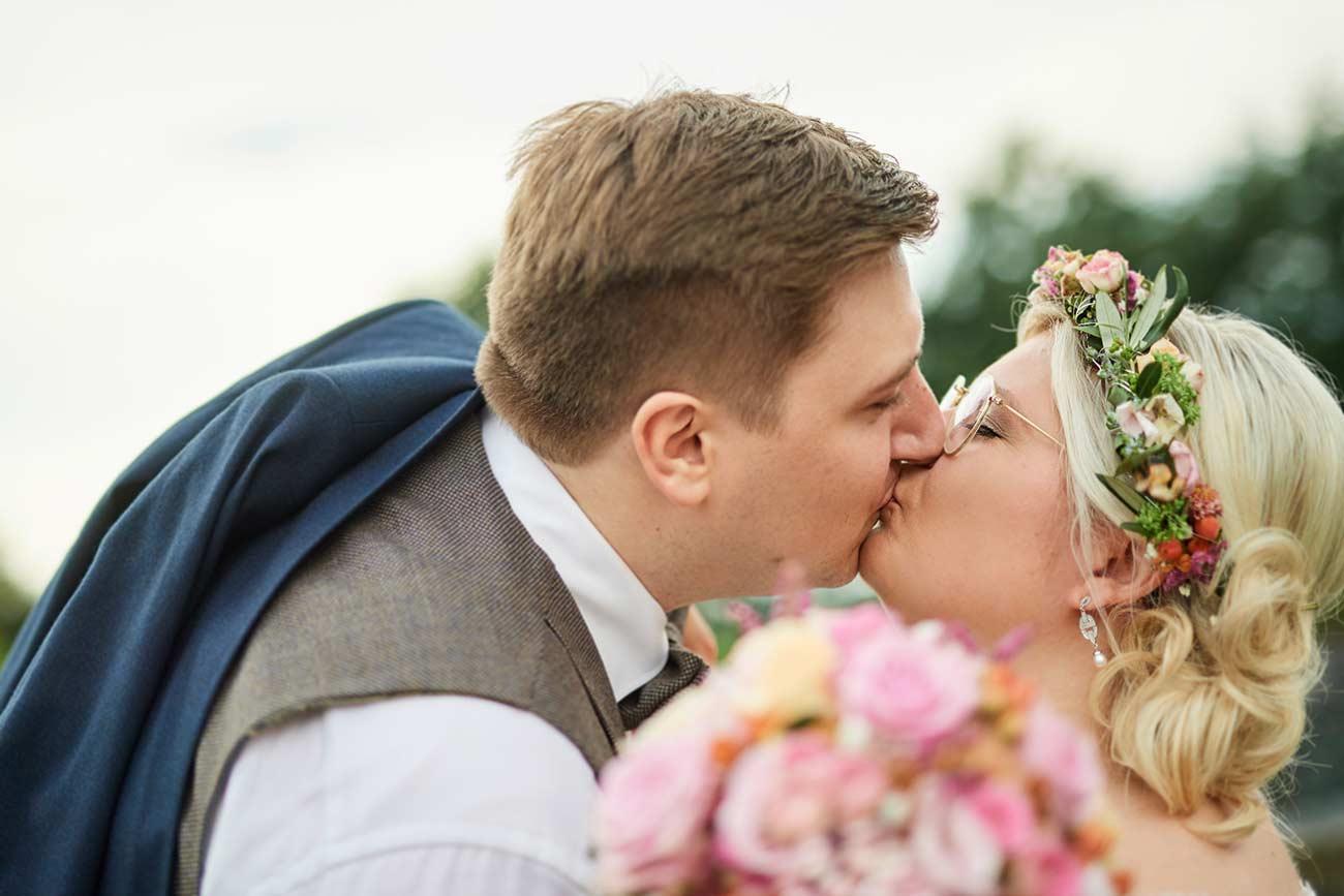 Brautpaarkuss im Abteipark Rommersdorf– Hochzeitsfotos Neuwied