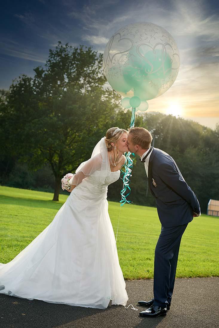Hochzeitsfotos – Brautpaarkuss in Staudt