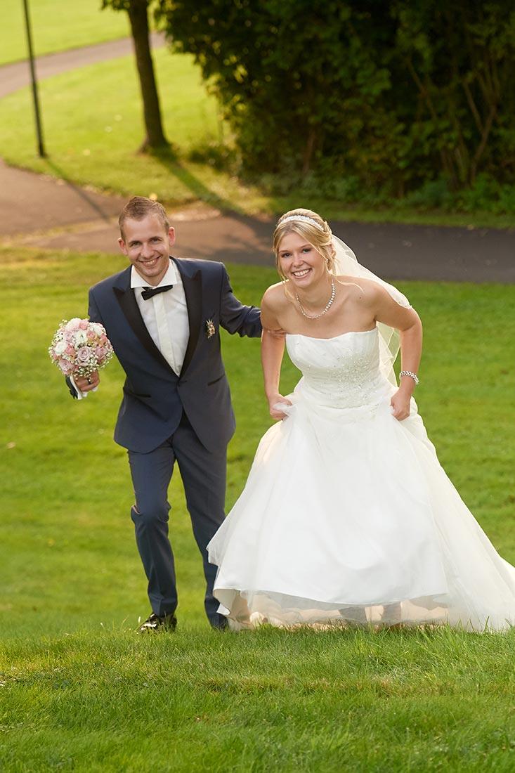 Hochzeitsfotos – Brautpaar im Park in Staudt