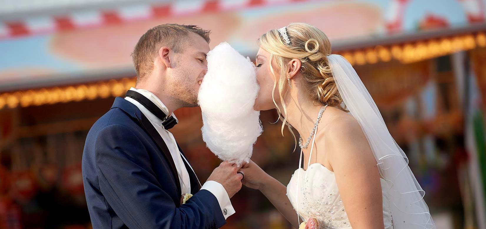 Hochzeitsfotos – Brautpaar mit Zuckerwatte auf Kirmes in Staudt