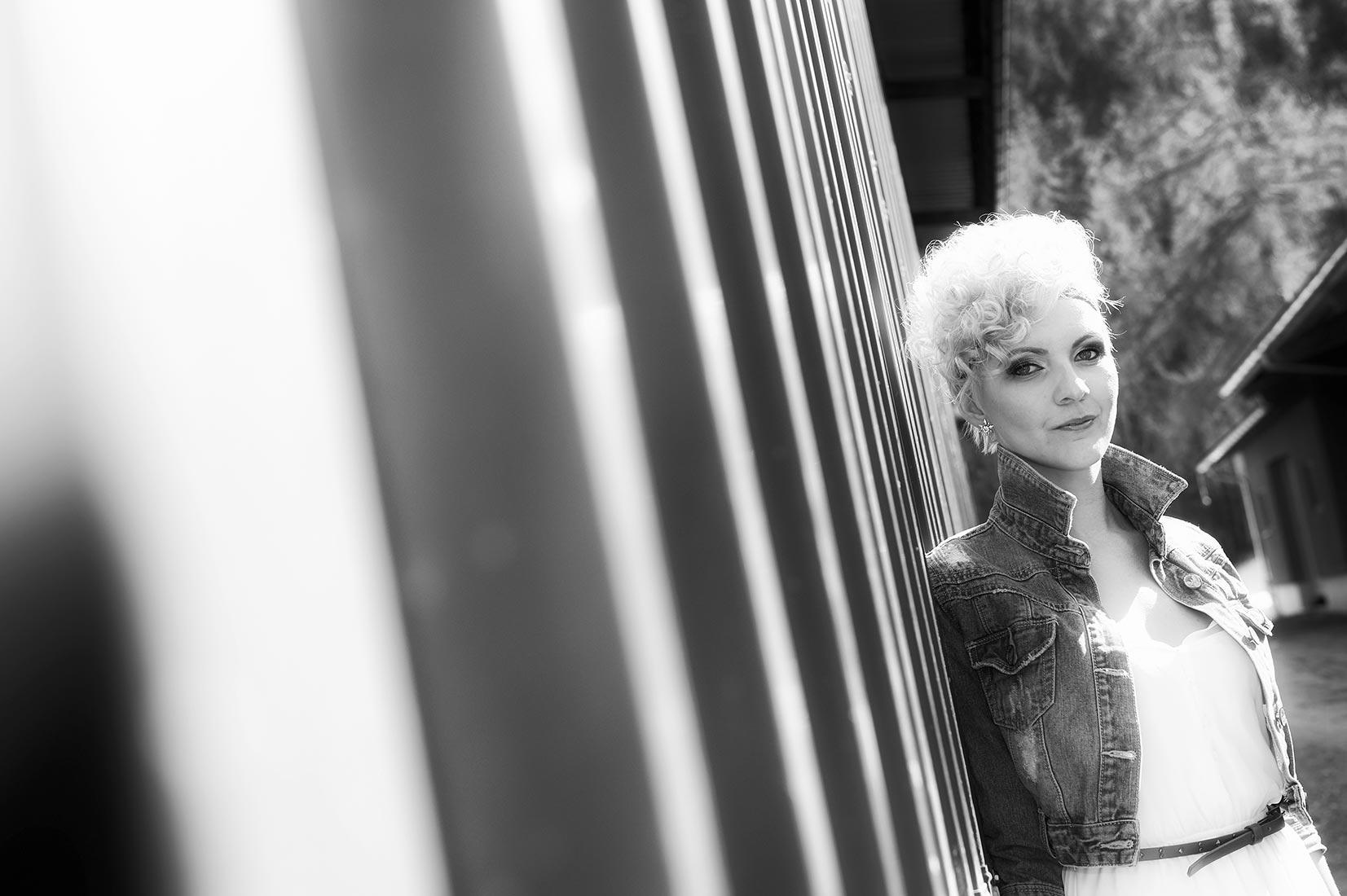 Portraitfotos – Beautyshot Anita outdoor, schwarz-weiß