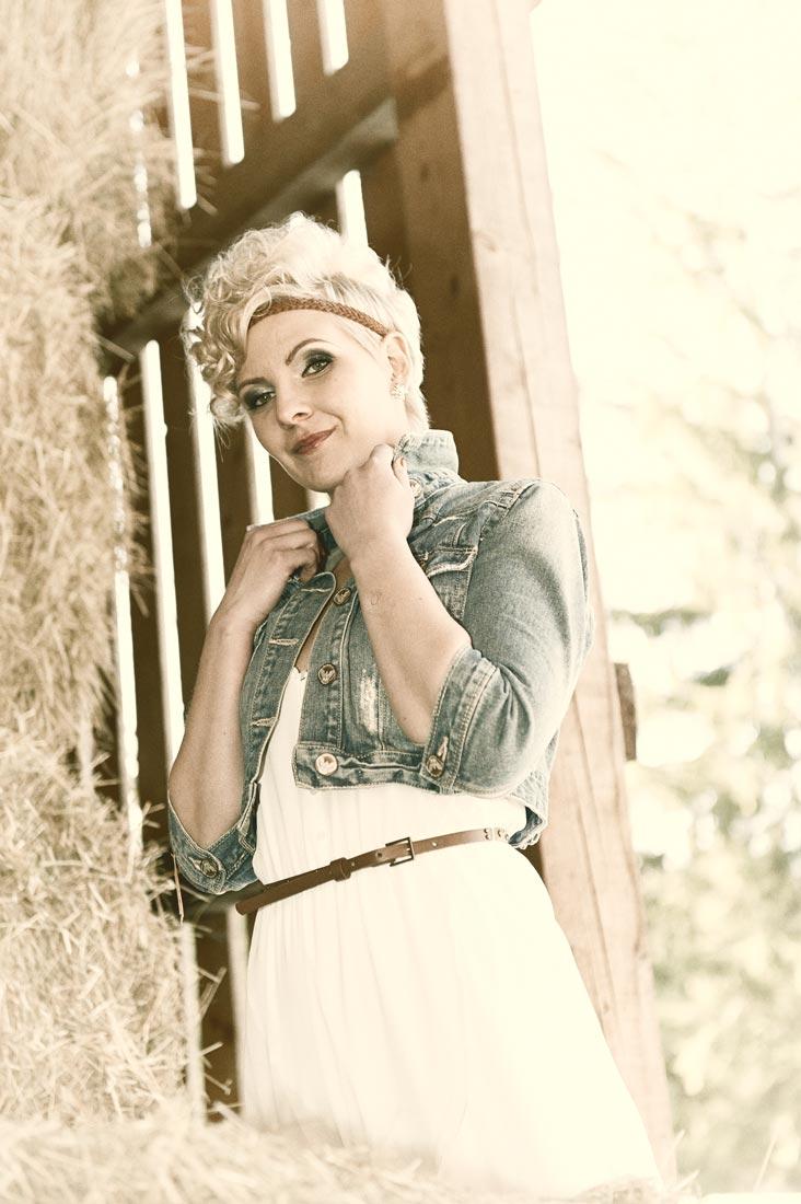 Portraitfotos – Beautyshot Anita im Heuschober