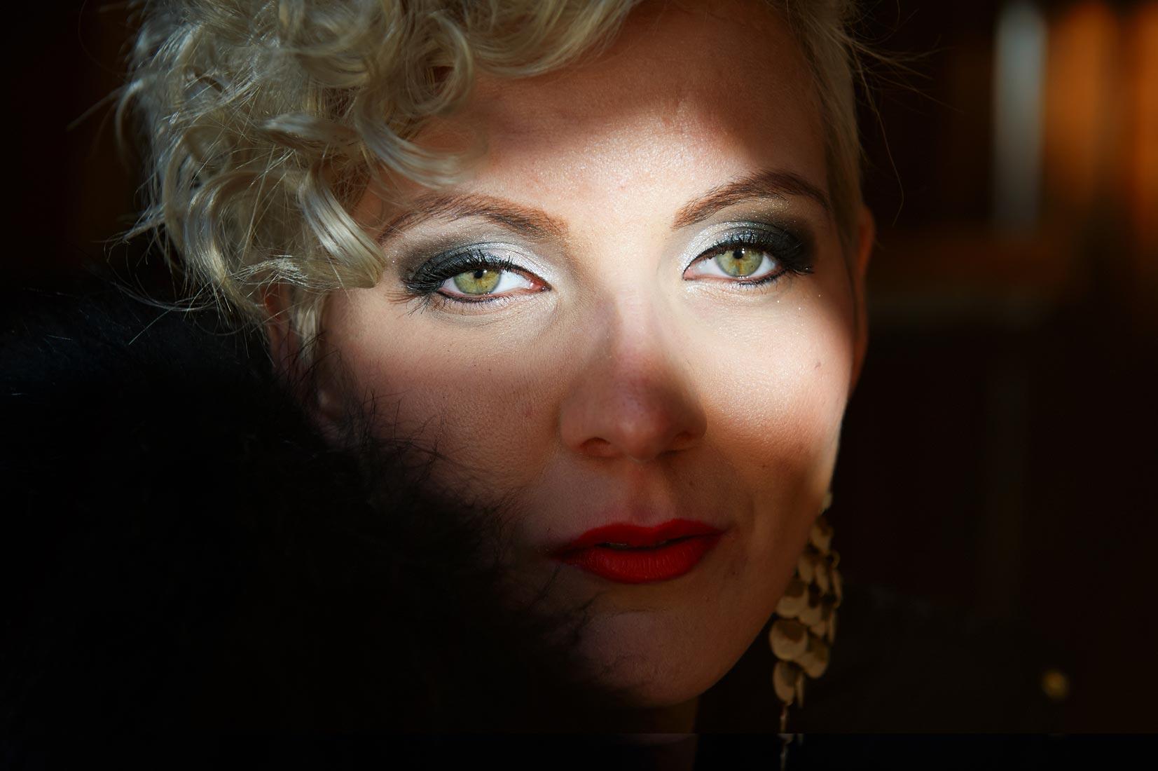 Portraitfotos – Beautyshot Anita im Streiflicht