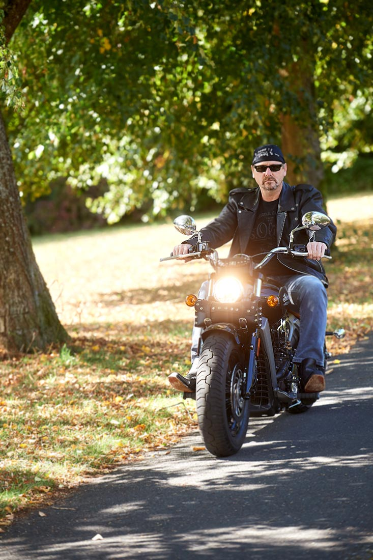 Portraitfoto - Biker auf Harley, outdoor