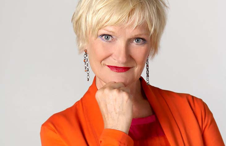 Portraitfotos – Frau in orange, Querformat