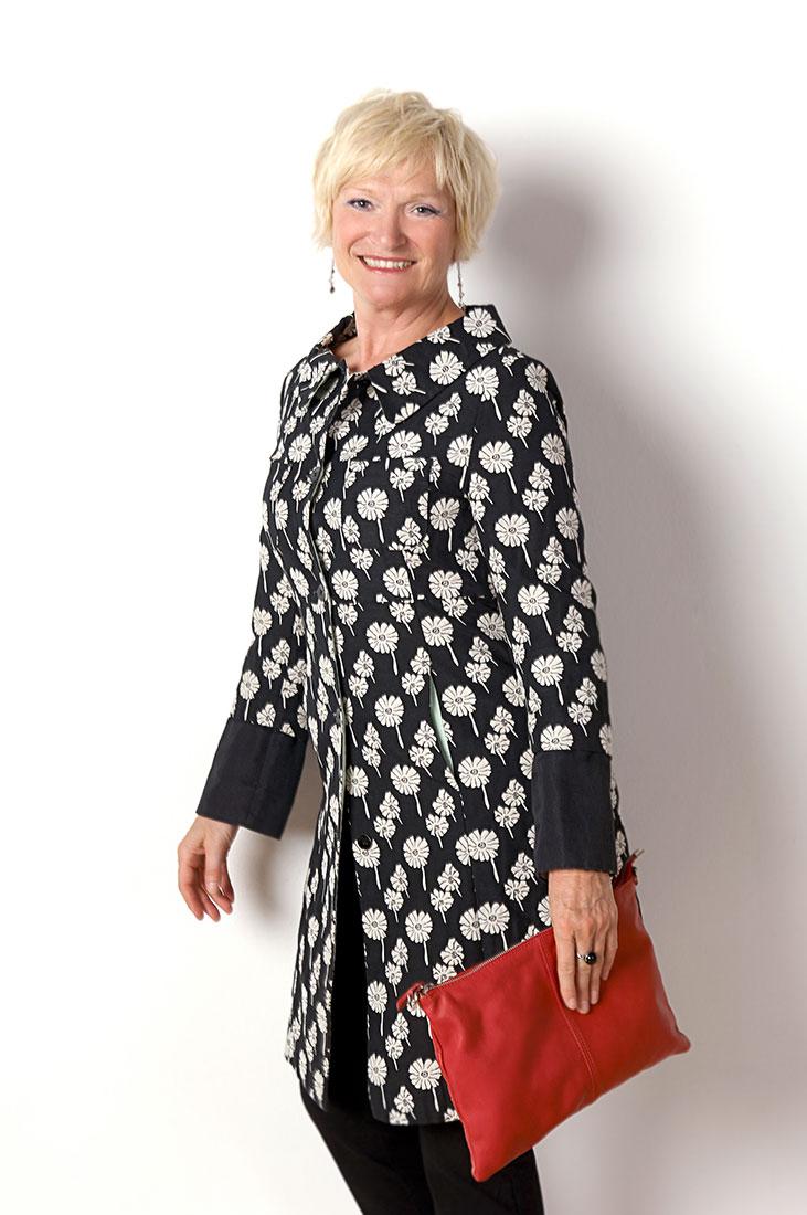 Portraitfotos – Frau mit roter Tasche
